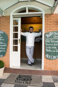 Chef Nelson Gonçalves Júnior na porta do seu restaurante português, Vila Chã, localizado em Campos do Jordão - SP